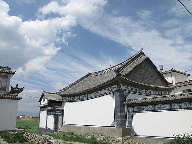 Dali est une ancienne capitale, il y a donc un peu d architecture, c est  très chinois tout ça avec le bout des faitières travaillé et les couleurs  sur les ... 31e69253de5