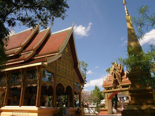 Nous nous passerons de co mté à 40 dollars le kilo. A Vientiane, le niveau  du Mékong est si bas qu on pourrait presque rejoindre la Thaïlande à pied  sec. d957f380871
